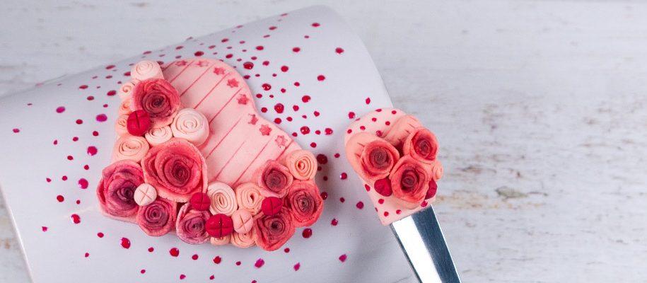 Чаша и лъжичка с розови рози