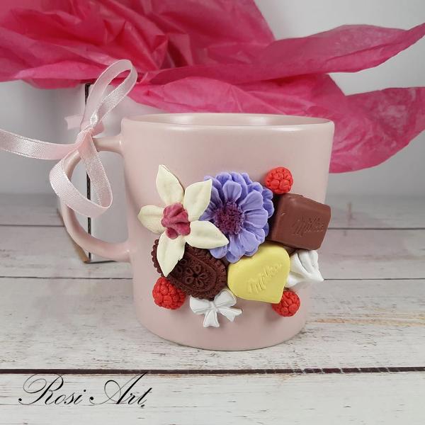 Чаша с цветя и лакомства