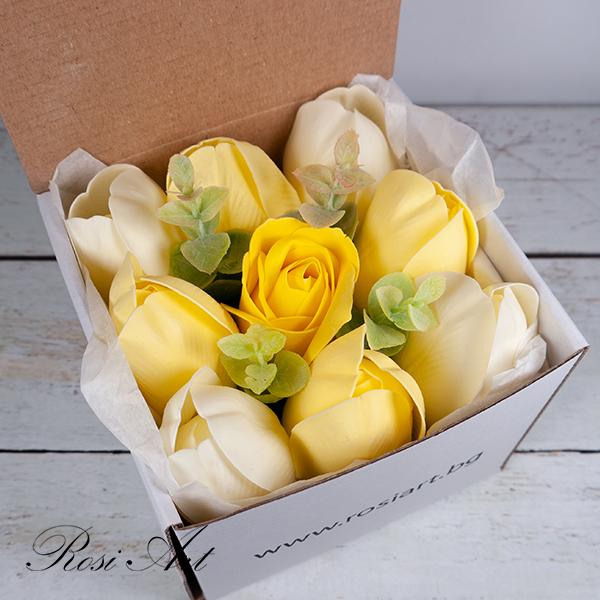 Букет от жълти сапунени цветя в кутия