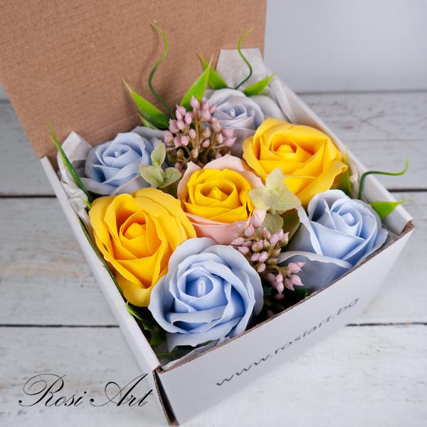 Букет от жълти и сини сапунени цветя в кутия