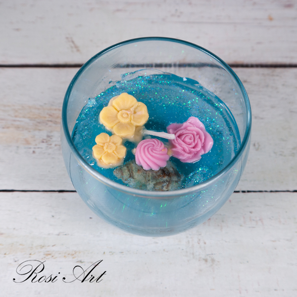 Ароматизирана свещ в чаша с цветя